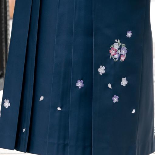 【卒業時装】着物837赤/桜チラシ*はかま395紫・黒/ボカシししゅうの衣装画像3
