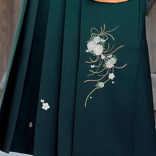 【卒業時装】着物907白/スソ橙*はかま394グリーン/ボカシししゅうの衣装画像3