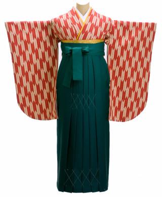 レトロな矢絣柄の着物に深緑の袴