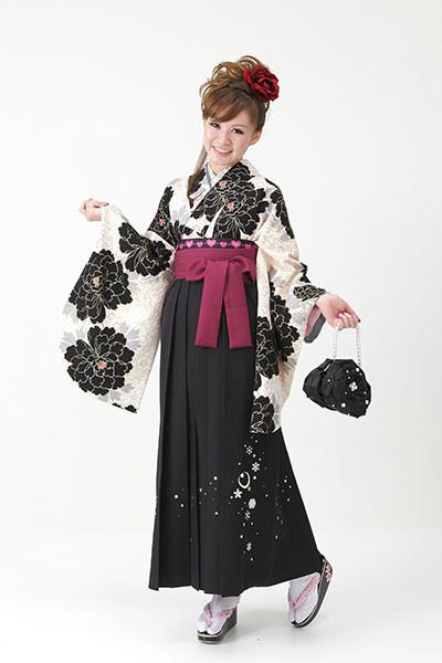 【小振袖】白地・花柄 【袴】黒地の衣装画像1