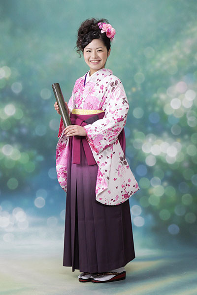 【小振袖】白地・花柄 【袴】紫地の衣装画像1