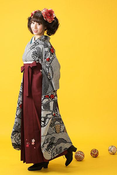 【振袖】黒地・小紋柄 【袴】赤地の衣装画像1