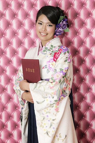 【小振袖】白地・花柄 【袴】紺地の衣装画像1