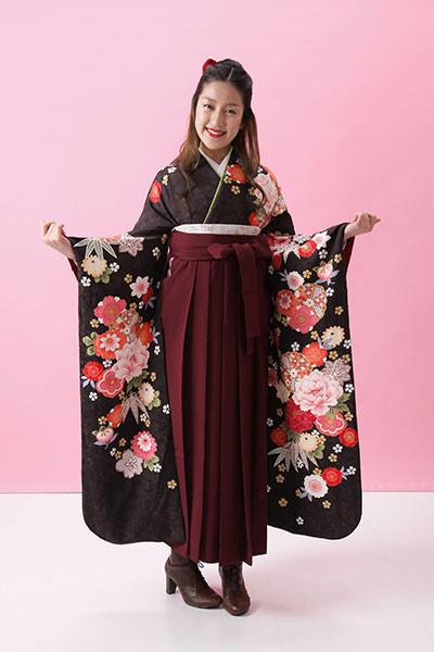 【振袖】黒地・花柄 【袴】赤地の衣装画像1