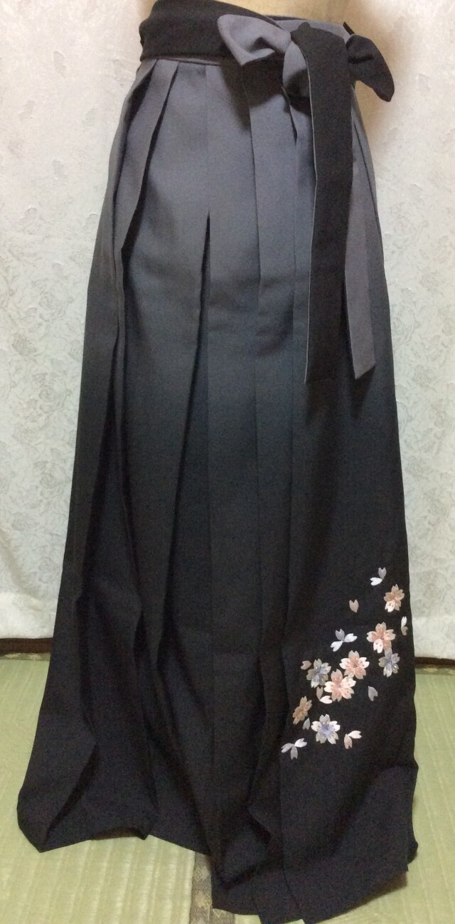 167cm〜170cm ベージュ&黒 刺繍袴の衣装画像1